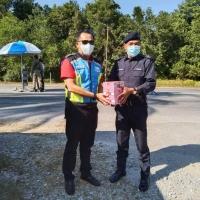 """Sumbangan Daripada Roadcare (M) Sdn Bhd Untuk """"Frontliners"""" Sekatan Jalanraya (SJR) disekitar Negeri Pantai Timur"""